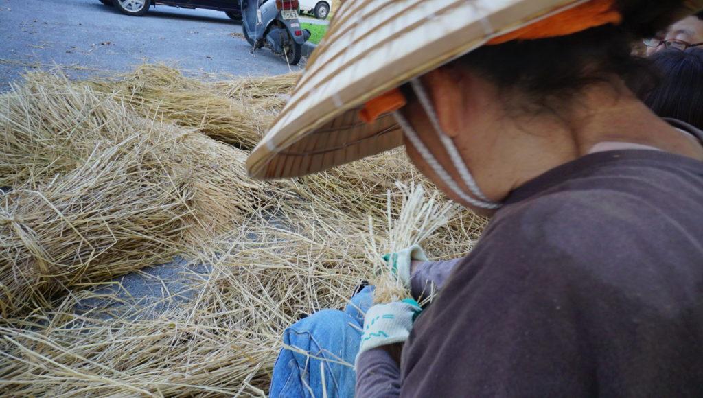 ウンナーの藁を編んでいるところ