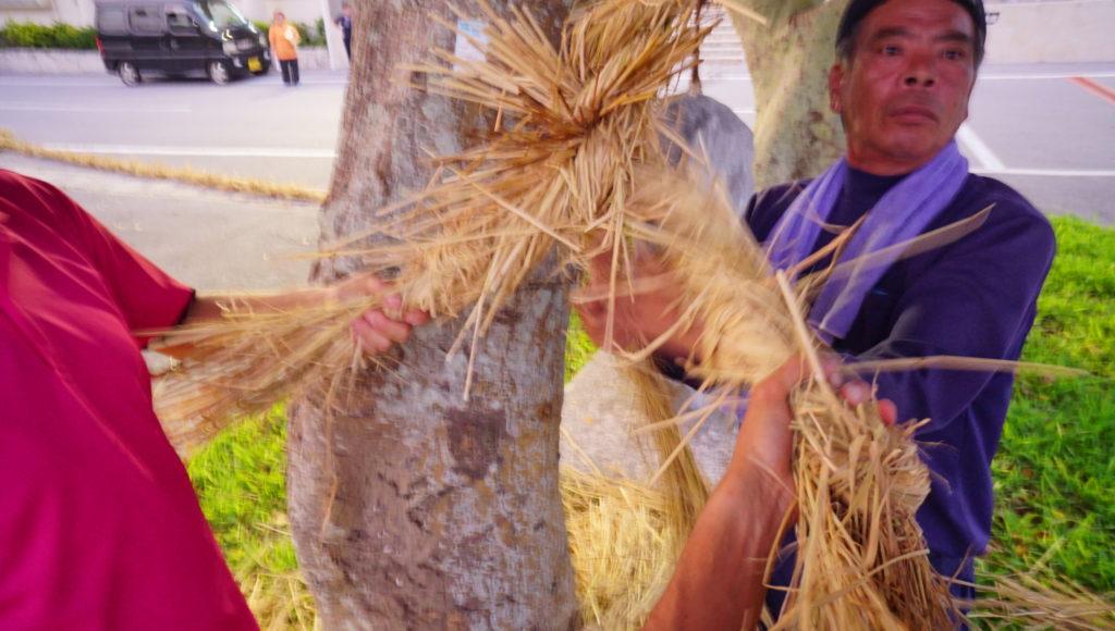 ウンナーの綱を編んでいるところ