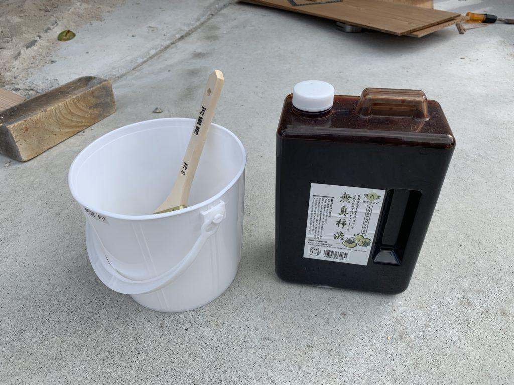 柿渋塗料を塗る