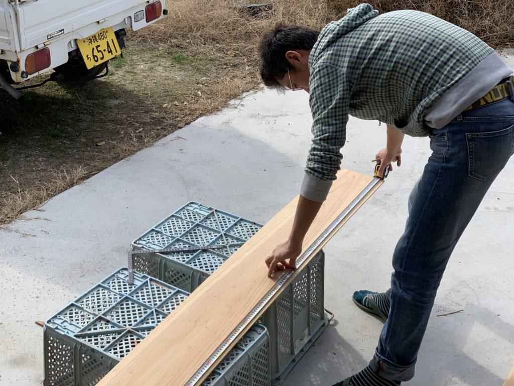古民家を修理するために板を採寸
