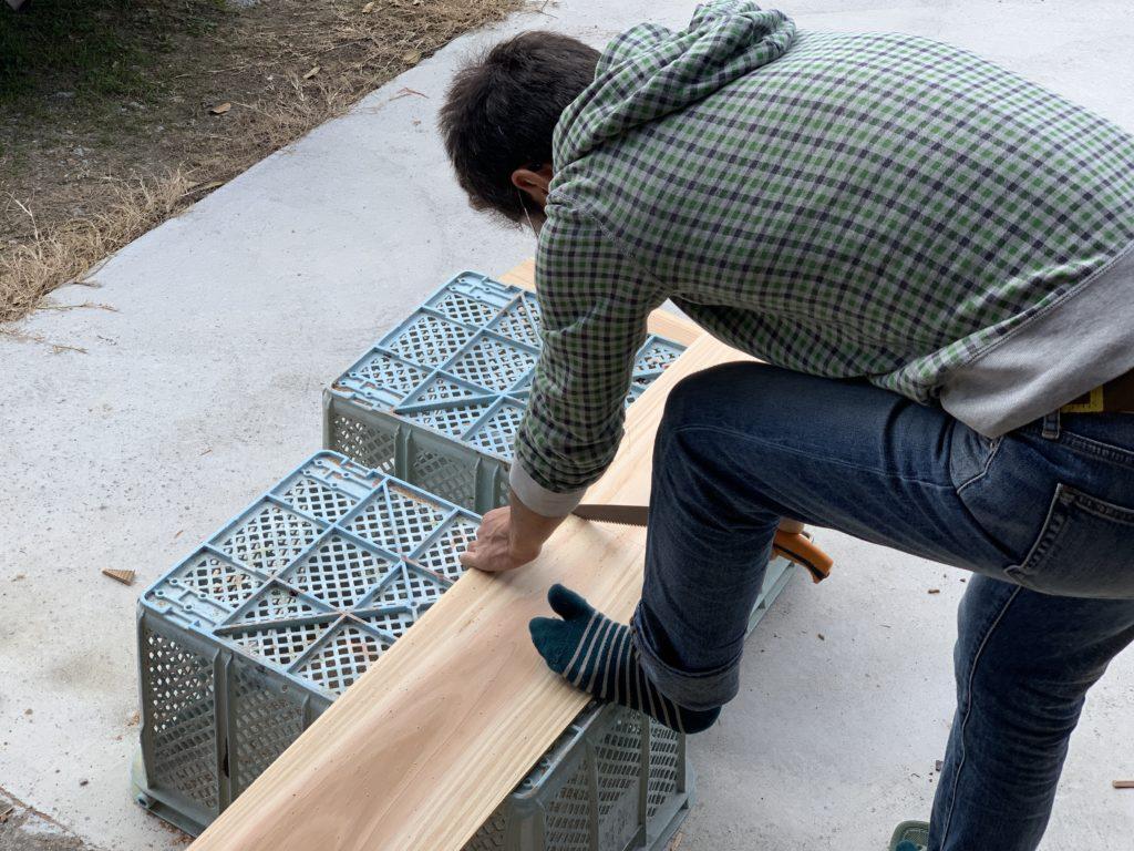 古民家を修理する板を切る