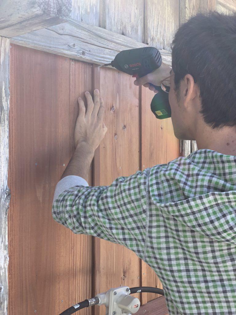 外壁の板の間に細い板をつける