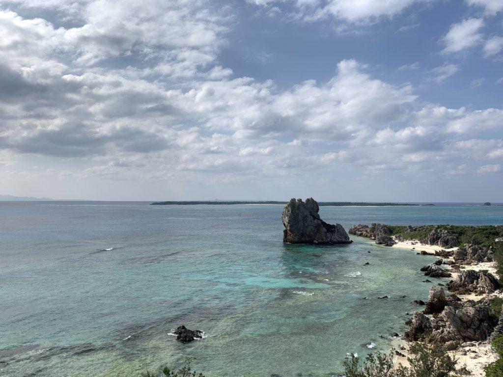 伊是名の展望台から海ギタラを眺める