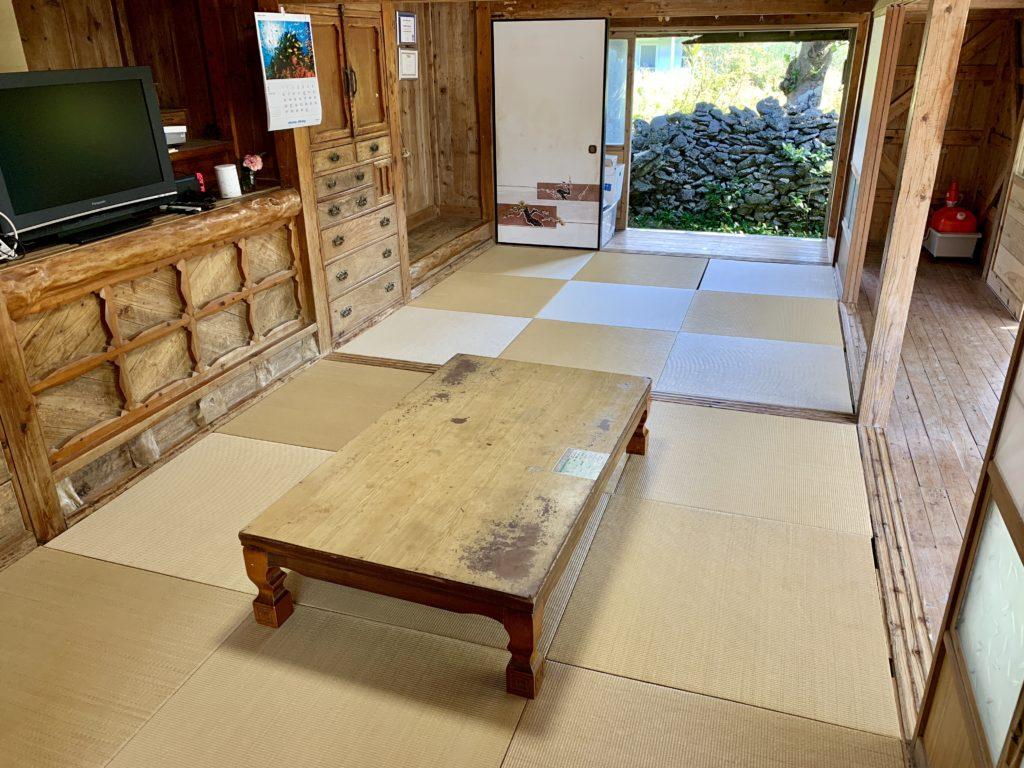 琉球畳の敷かれたログ付けスペース
