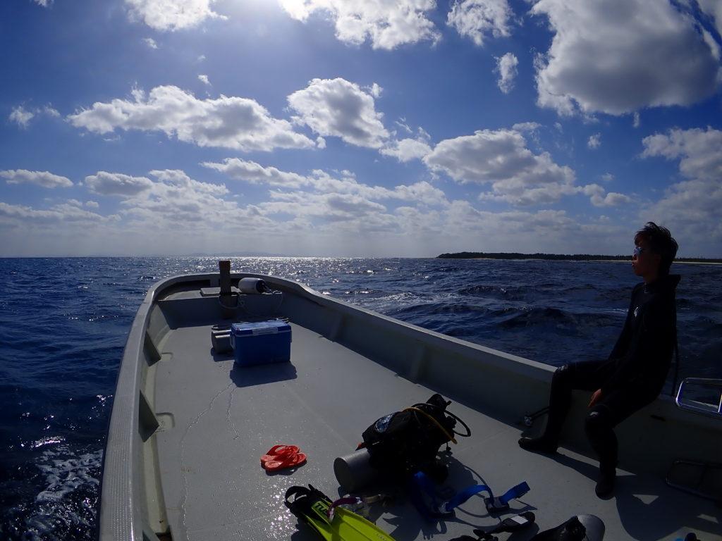 伊是名のダイビングポイントへ向かう船