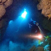 伊是名の洞窟でダイビング